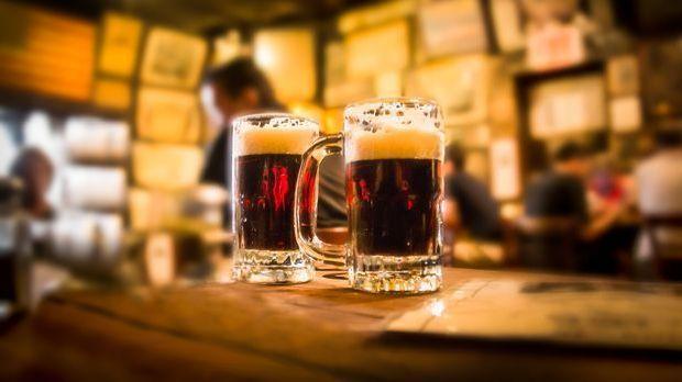 dunkles Bier im Bierkrug