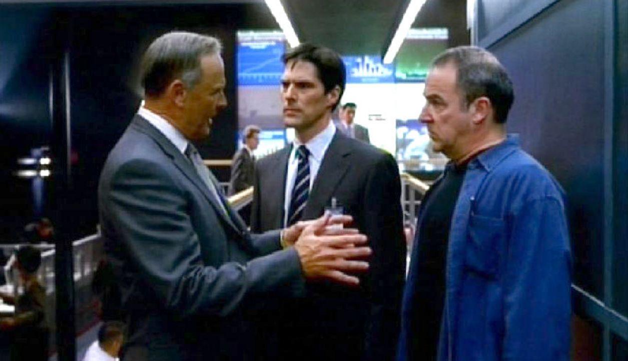 Das Profiler-Team um Jason Gideon (Mandy Patinkin, r.) und Aaron Hotchner (Thomas Gibson, M.) befragt Bruno Hawks (Ray Baker, l.), da es einen Maulw... - Bildquelle: Touchstone Television