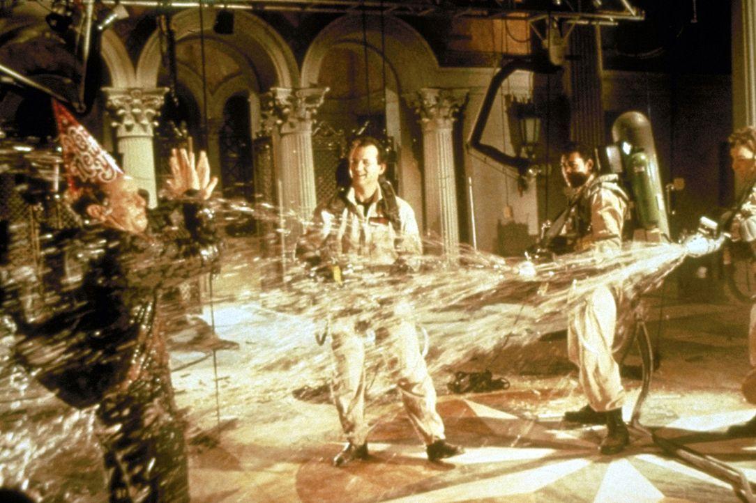 Die Geisterjagd bereitet ihnen einen Heidenspaß: Dr. Peter Venkman (Bill Murray, l.), Dr. Raymond Stantz (Dan Aykroyd, r.), Winston Zeddemore (Erni... - Bildquelle: 1989 Columbia Pictures Industries, Inc. All Rights Reserved.