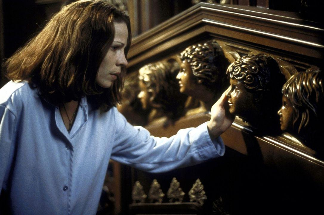 Die Parapsychologin Eleanor Vance (Lili Taylor) kennt die Geschichten über die dunklen Geheimnisse um Hill House. Dennoch quartiert sie sich dort e... - Bildquelle: TM &  1999 Dreamworks L.L.C. All Rights Reserved