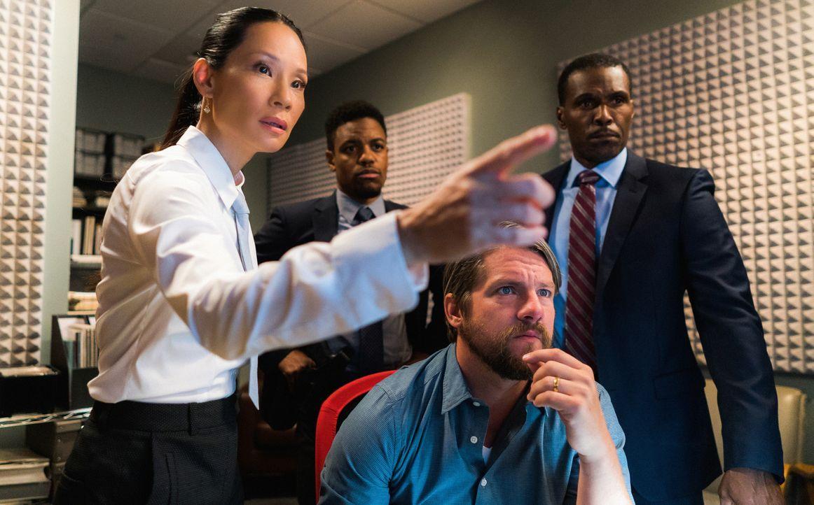 Watson (Lucy Liu, l.) und das NYPD (Jon Michael Hill, hinten; Zachary Knighton, vorne; Curtiss Cook, r.) suchen nach einer vermissten Frau, die offe... - Bildquelle: Michael Parmelee 2016 CBS Broadcasting, Inc. All Rights Reserved