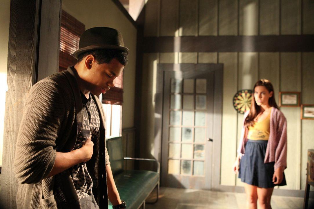 Adrianna Tate-Duncan (Jessica Lowndes, r.) macht sich große Sorgen als sie erkennt, dass Dixon Wilson (Tristan Wilds, l.) offensichtlich ein Drogen... - Bildquelle: 2011 The CW Network. All Rights Reserved.