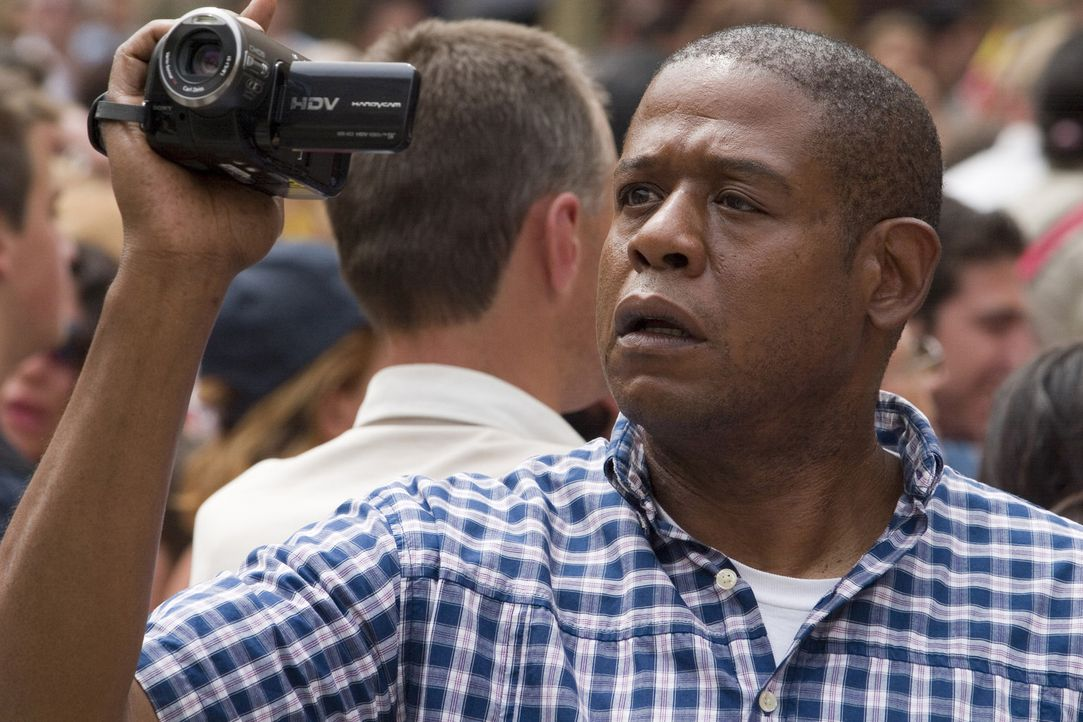 Der amerikanische Tourist Howard Lewis (Forest Whitaker) hält die entscheidenden Sekunden des Anschlags auf den US-Präsidenten zufällig mit der D... - Bildquelle: 2008 Columbia Pictures Industries, Inc. and GH Three LLC. All Rights Reserved.
