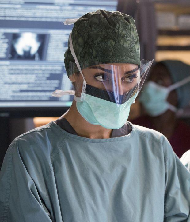 Kann sie den Patient, der während einer OP einen Herzstillstand hat, retten? Gina (Necar Zadegan) gibt ihr Bestes. - Bildquelle: Michael Courtney 2012 The CW Network, LLC. All rights reserved.