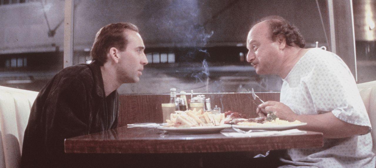 Als der verstörte Seth (Nicolas Cage, l.) nicht mehr weiter weiß, wendet er sich an den Menschen Nathaniel Messinger (Dennis Franz, r.). Dieser wart... - Bildquelle: Warner Bros.