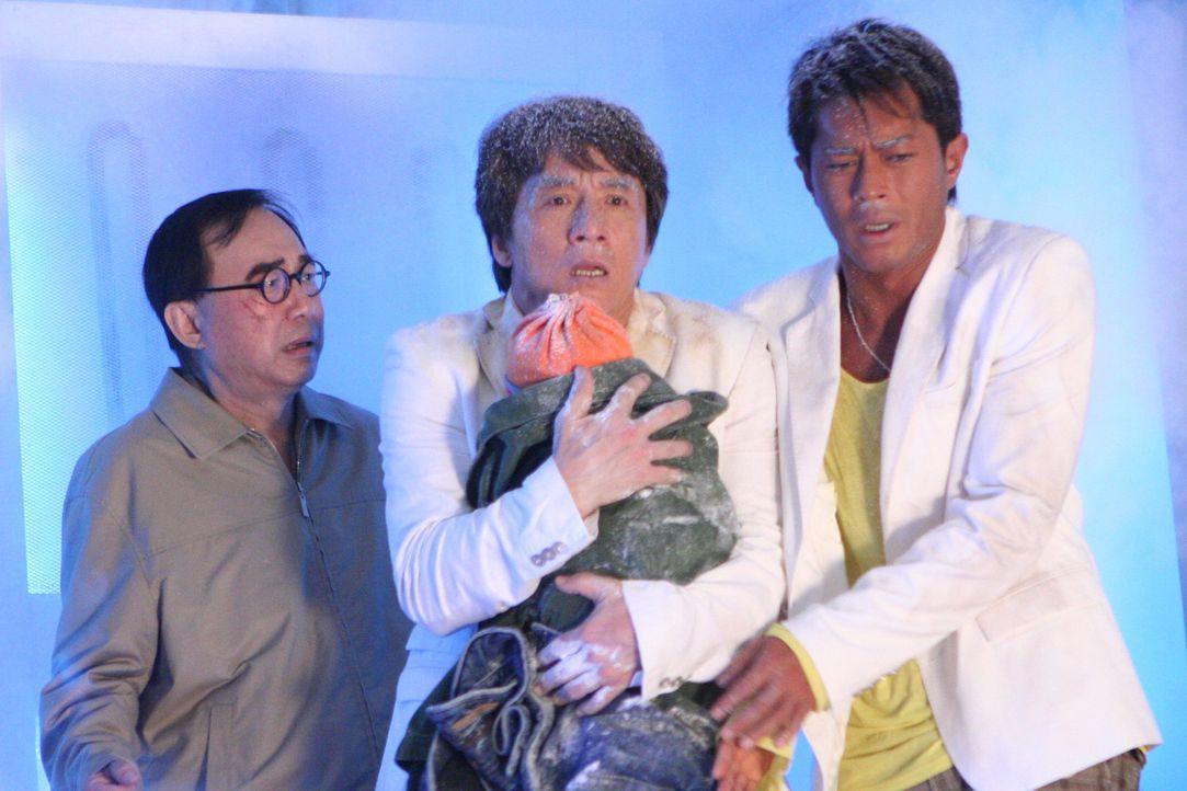 Eines Tages lassen sich die Einbrecher Thongs (Jackie Chan, M.) und Octopus (Louis Koo, r.) und Gangsterboss Landlord (Michael Hui, l.) dazu überred...