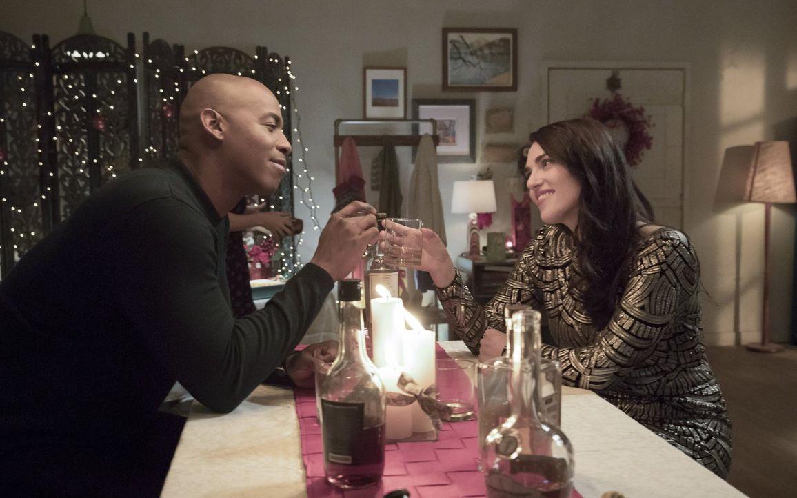 Entwickeln James (Mehcad Brooks, l.) und Lena (Katie McGrath, r.) Gefühle füreinander? - Bildquelle: 2017 Warner Bros.