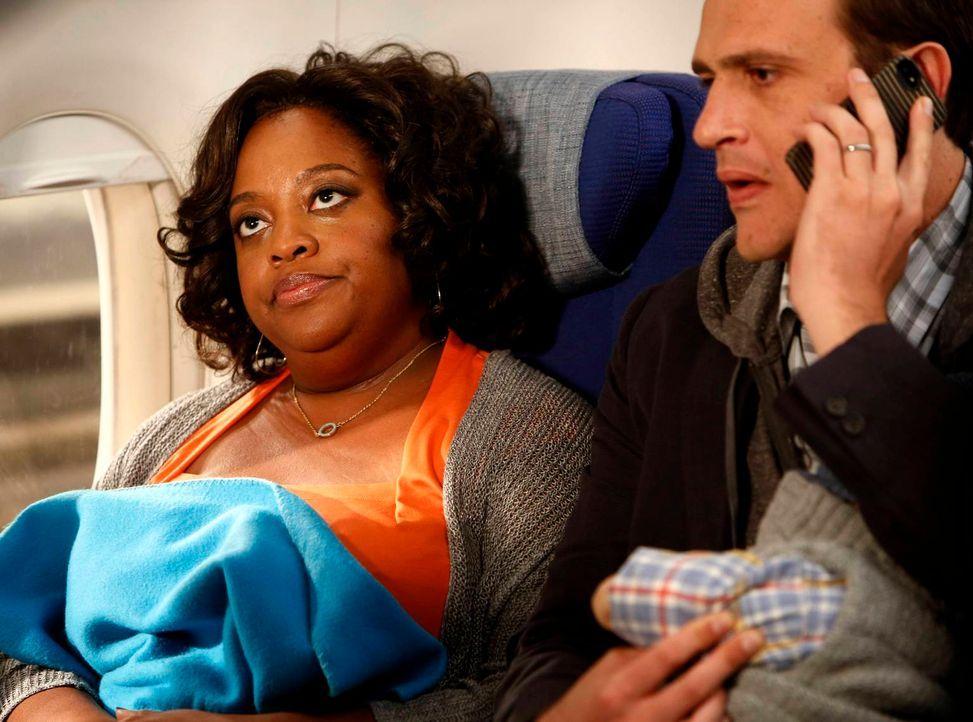 Marshall (Jason Segel, r.) legt sich im Flieger nach New York mit seiner Sitznachbarin (Sherri Shepherd, l.) an, während Lily Ted davon überzeugen m... - Bildquelle: 2013 Twentieth Century Fox Film Corporation. All rights reserved.