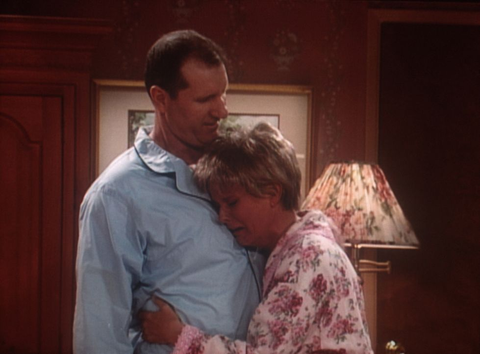 Al (Ed O'Neill, l.) tröstet die eifersüchtige Marcy (Amanda Bearse, r.), was er selbst sehr grotesk findet. - Bildquelle: Sony Pictures Television International. All Rights Reserved.