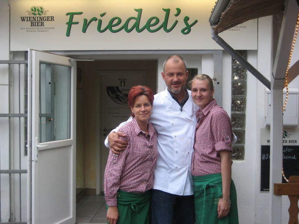 """Frank Rosin (M.) und die beiden Servicekräfte Nici (r.) und Heike (l.) überlegen, wie sie wieder Gäste ins """"Friedels"""" locken können. - Bildquelle: kabel eins"""
