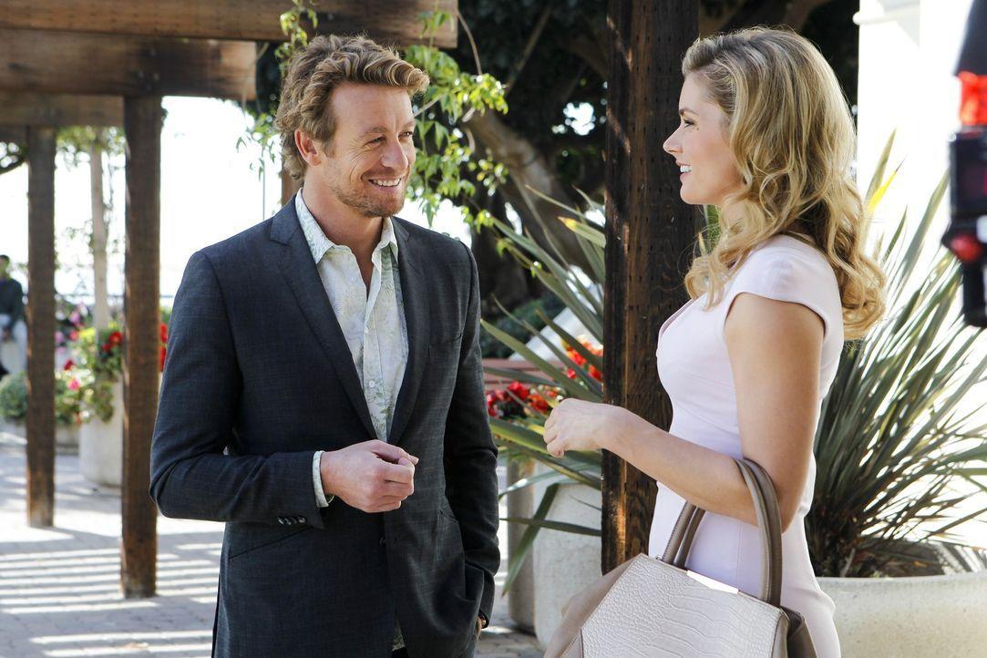 Zu seinem Glück kommt Jane (Simon Baker, l.) während der Ermittlungen nicht drum herum, die attraktive Krystal Markham (Brianna Lynn Brown, r.) zu D... - Bildquelle: Warner Bros. Television