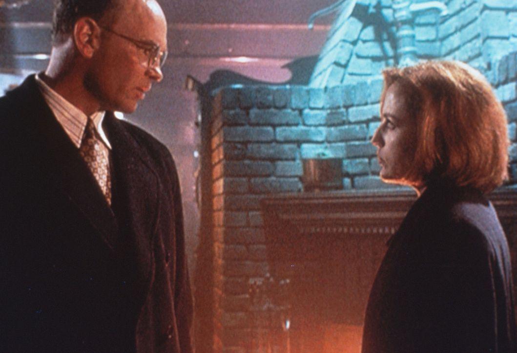 Skinner (Mitch Pileggi, l.) beruft sich gegenüber Scully (Gillian Anderson, r.) auf höchste militärische Anweisungen. - Bildquelle: TM +   2000 Twentieth Century Fox Film Corporation. All Rights Reserved.