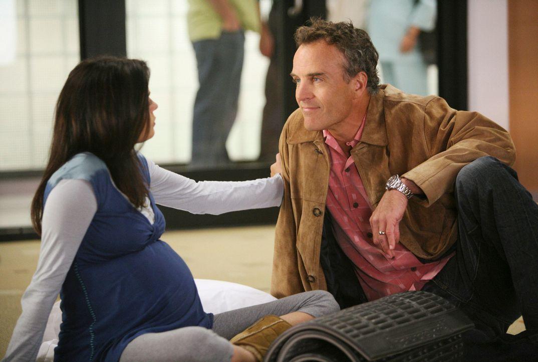Susan (Teri Hatcher, l.) besucht einen Kurs zur Schwangerschaftsvorbereitung und trifft dort überraschend auf Karl (Richard Burgi, r.) und dessen Fr... - Bildquelle: ABC Studios