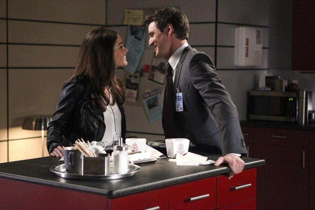 Marcus Pike (Pedro Pascal, r.) ist überglücklich, als Teresa (Robin Tunney, l.) ihm endlich ihre Entscheidung mitteilt: Wird sie ihn nach Washington... - Bildquelle: Warner Bros. Television