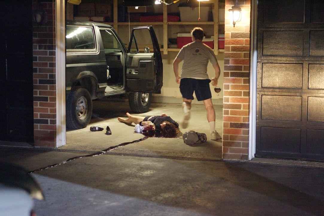 Als der ehemalige Polizist David Camm (Justin Conley, r.) nach Hause kommt, bietet sich ihm eine grausige Szene: Seine Frau Kim (Laura Kryswaty, l.)... - Bildquelle: Ian Watson Cineflix 2007