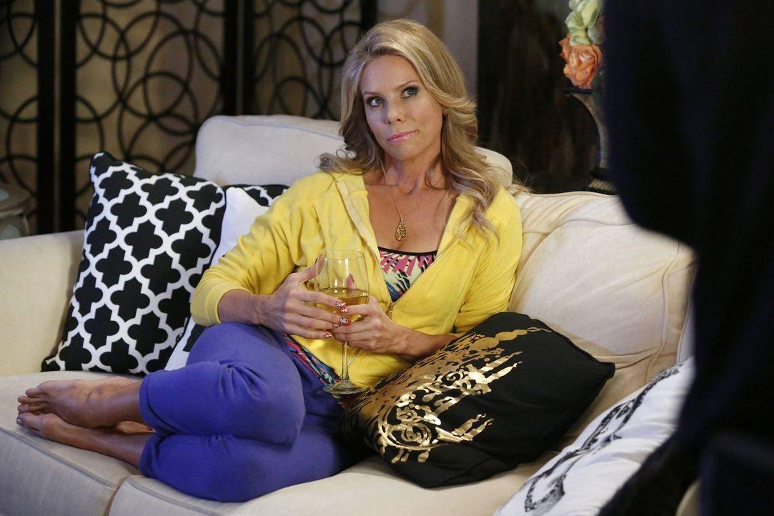 Dallas (Cheryl Hines) ist sich nicht sicher, ob ihr alles zu schnell geht. Kaum hat sie beschlossen, mit George zusammenzuziehen, hat er bereits ein... - Bildquelle: Warner Brothers