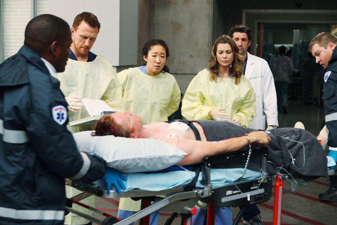 William Dunn (Eric Stoltz, liegend), ein Patient, der zum Tode verurteilt wurde, sorgt für Spannungen zwischen den Ärzten Meredith (Ellen Pompeo,... - Bildquelle: Touchstone Television