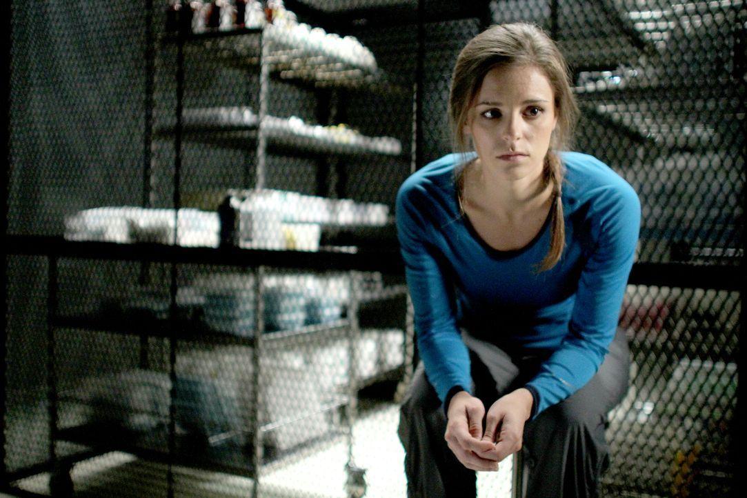 Während Sarah (Jordan Hayes) den Wissenschaftlern die Quarantäne so angenehm wie möglich machen möchte, erlebt Doreen, dass der Virus die Infizierte... - Bildquelle: 2014 Sony Pictures Television Inc. All Rights Reserved.