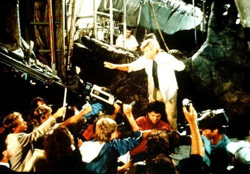 King Kong lebt - Enormer Presserummel um Hank Mitchell (Brian Kerwin, M.): Er...