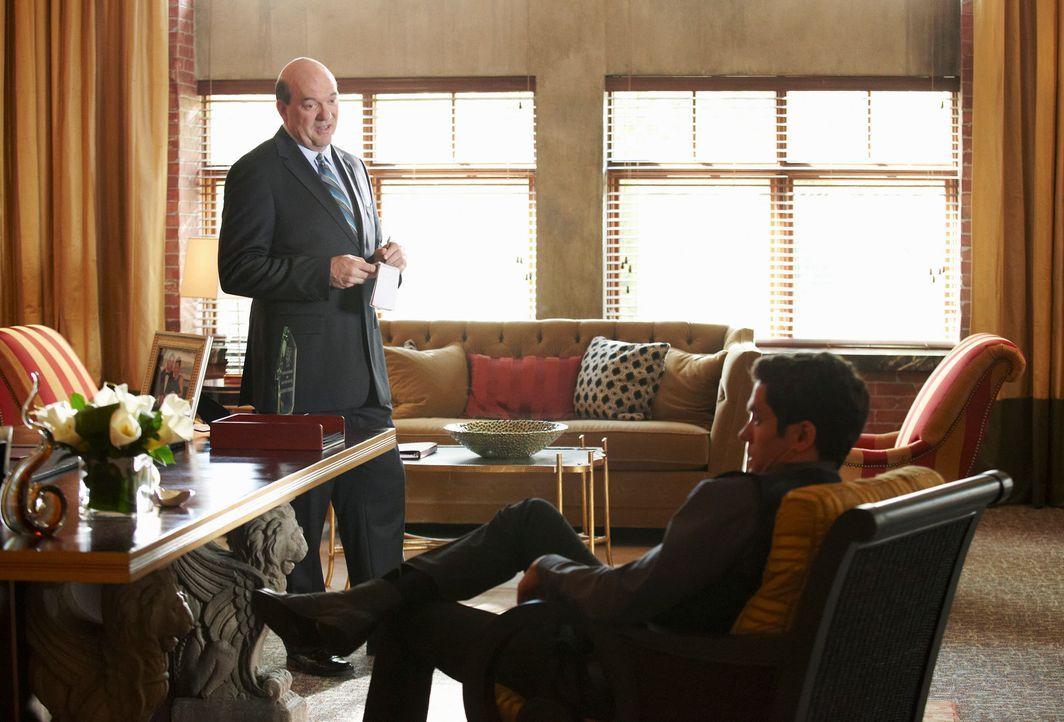 Die Ermittlungen im Mordfall Daphne Zimmer laufen auf Hochtouren. Bud Morris (John Carroll Lynch, l.) nimmt sich Stephen (Neal Bledsoe, r.), den Ass... - Bildquelle: ABC Studios