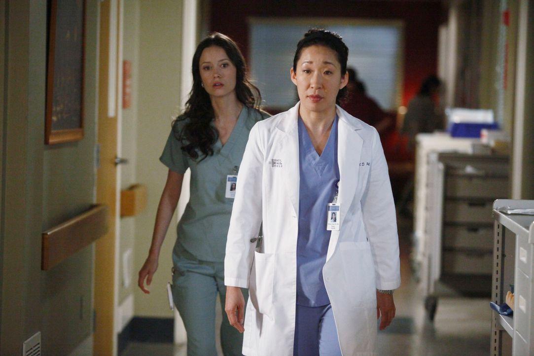 Während Alex nicht wahr haben will, dass Morgan in ihn verliebt sein könnte, glaubt Cristina (Sandra Oh, r.), dass Owen ein Verhältnis mit Krankensc... - Bildquelle: ABC Studios
