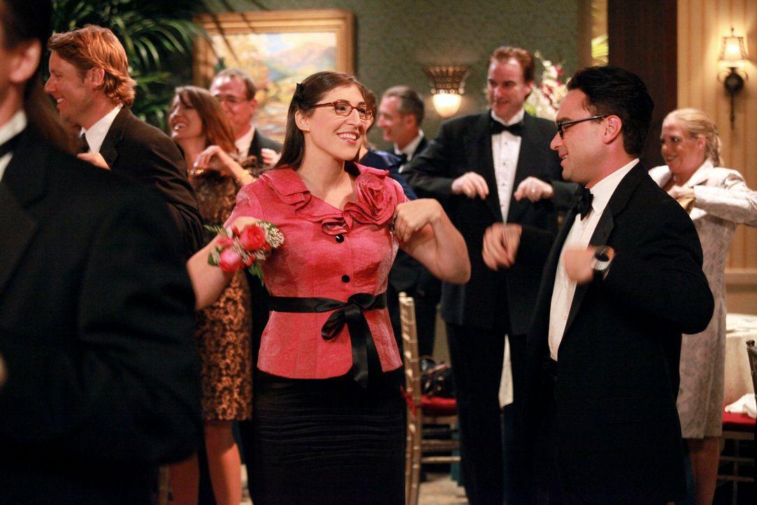 Legen eine heiße Sohle aufs Parkett: Leonard (Johnny Galecki, vorne r.) und Amy (Mayim Bialik, vorne l.) ... - Bildquelle: Warner Bros. Television