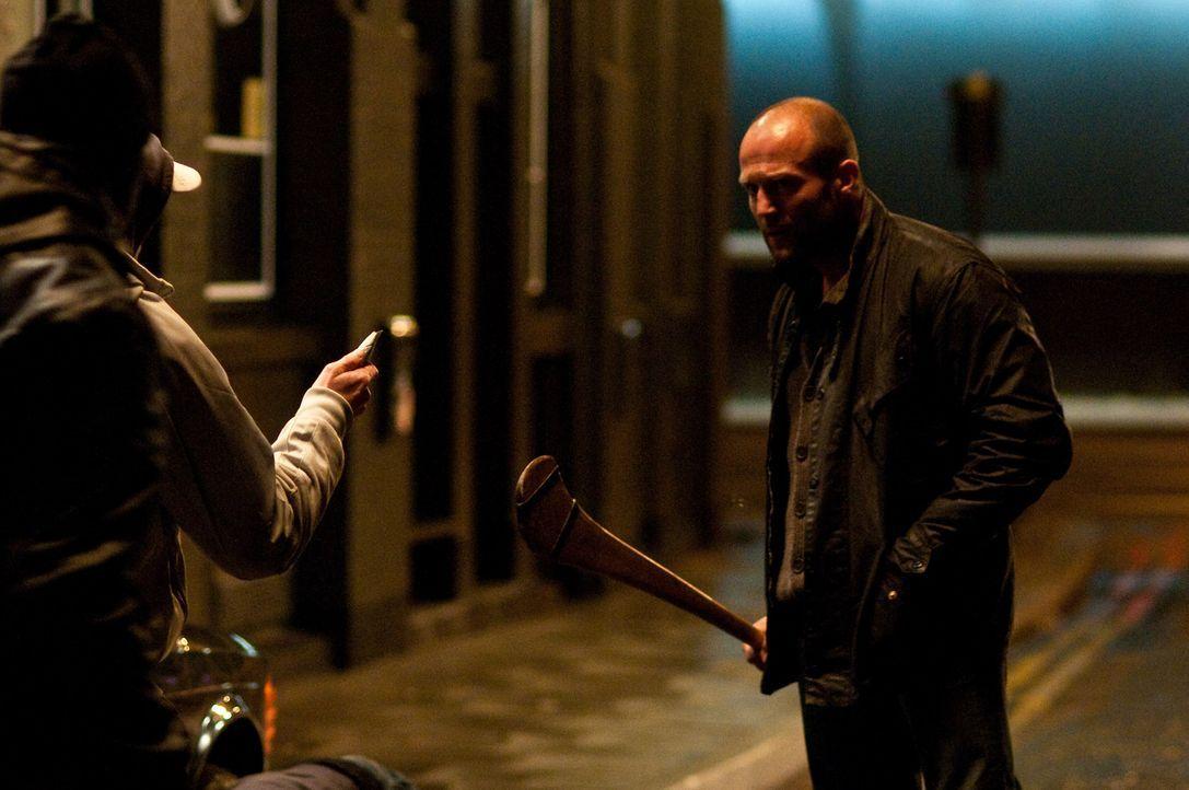 Der knallharte Cop Tom Brant (Jason Statham, r.) schert sich nur wenig um Protokolle und Regeln. Viel lieber lässt er bei seinen Ermittlungen die Fä...