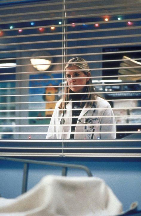 Am ihrem ersten Tag in der Chirurgie läuft für Lucy (Kellie Martin) nicht alles nach Plan. - Bildquelle: TM+  2000 WARNER BROS.