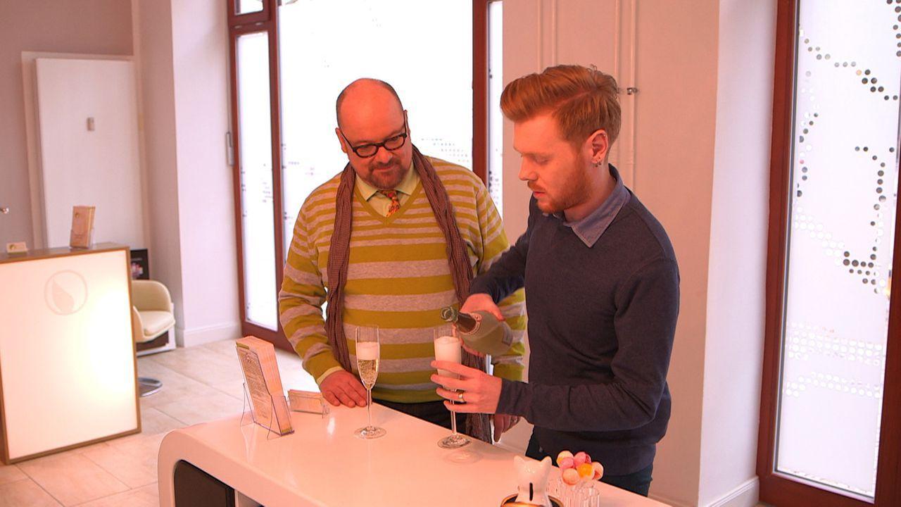 Ihre Hochzeitsvorbereitungen verlaufen äußerst turbulent: Olaf (l.) und Henning (r.) ... - Bildquelle: SAT.1