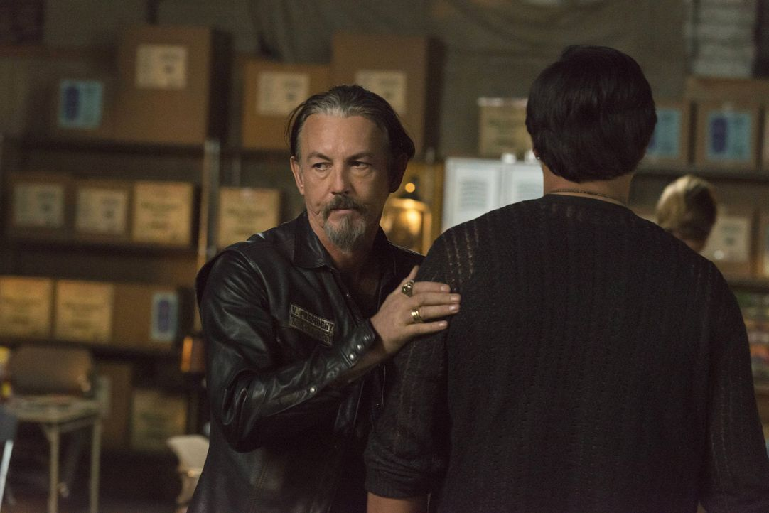 Um zu erfahren, was mit Gemma passiert, kommt Nero (Jimmy Smits, r.) zu den Sons. Doch Chibs (Tommy Flanagan, l.) hat keine guten Nachrichten für ih... - Bildquelle: Prashant Gupta 2013 Twentieth Century Fox Film Corporation and Bluebush Productions, LLC. All rights reserved.
