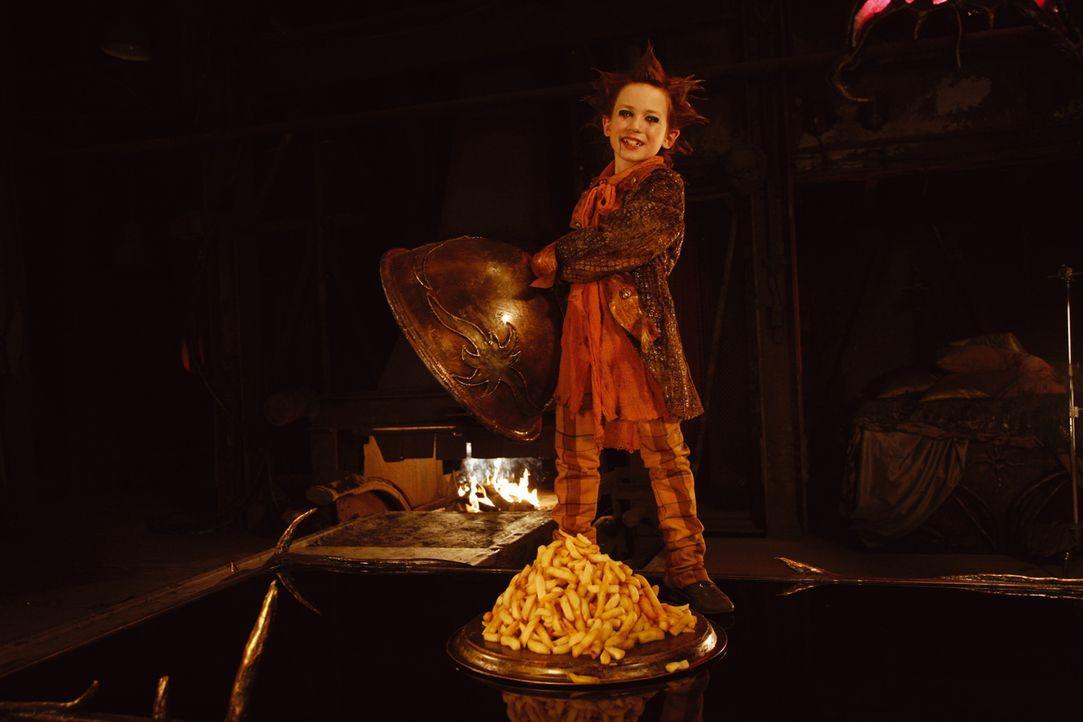 Zur Feier des Tages serviert Jeckyl (Sandro Iannotta, r.) seinen Gästen leckeren Raupenmadensalat. - Bildquelle: Buena Vista International