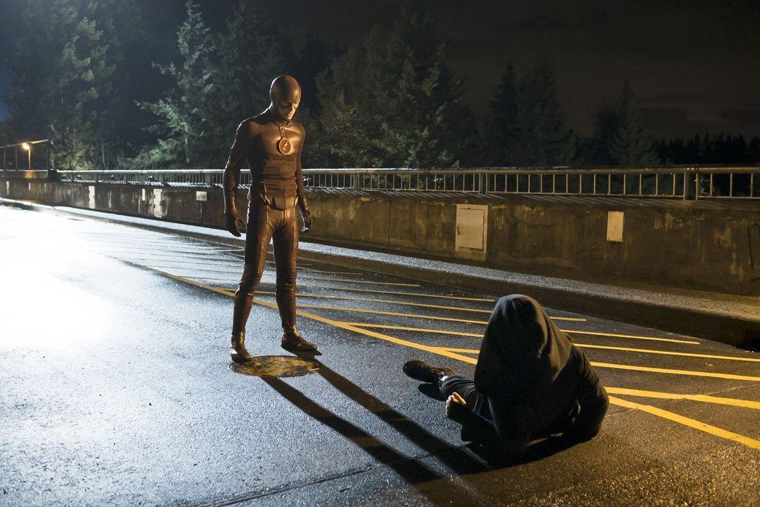 Barry alias The Flash (Grant Gustin, l.) nimmt es mit Hartley Rathaway alias Pied Piper (Andy Mientus, r.) auf, der in Central City sein Unwesen tre... - Bildquelle: Warner Brothers.