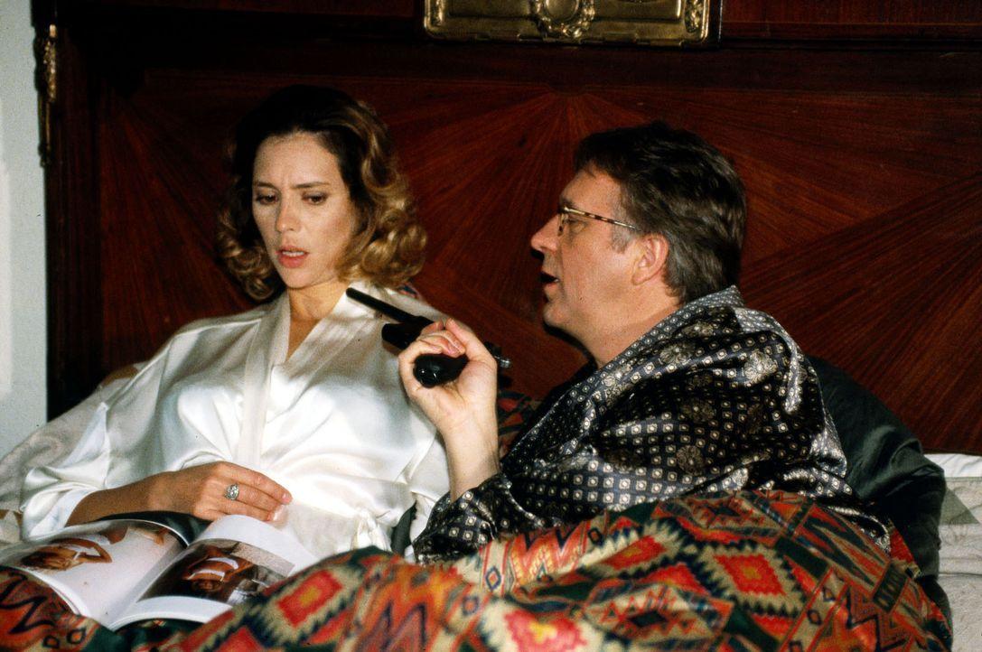Ortsvorsitzender Rambold (Gerd Anthoff, r.) zeigt seiner Verlobten Katja Flemisch (Carin C. Tietze, l.) das Druckmittel, mit dem er für sein Bauunte... - Bildquelle: Magdalena Mate Sat.1