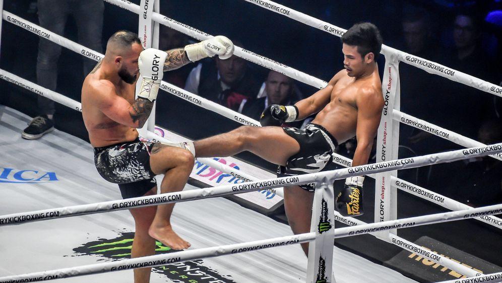 Petchpanomrung Kiatmookao (re.) ist weiter GLORY-Champion im Federgewicht - Bildquelle: imago sportfoto