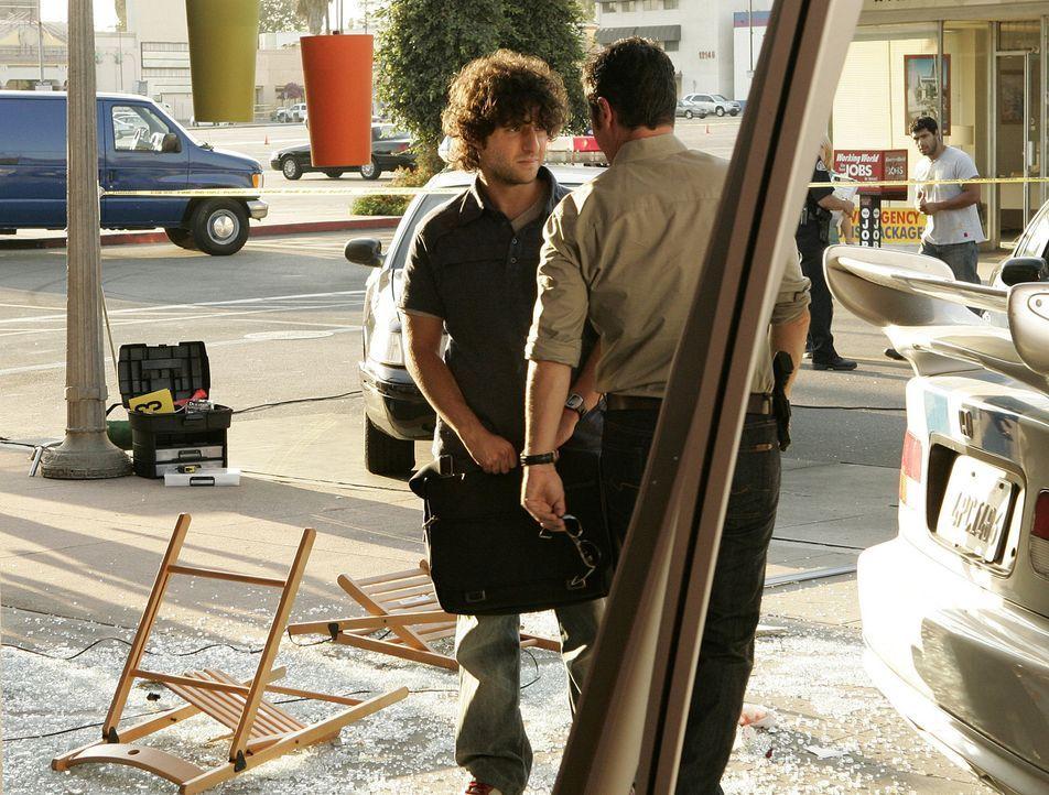 Als ein Auto in ein voll besetztes Straßencafe kracht, werden Don (Rob Morrow, r.) und Charlie (David Krumholtz, l.) dazugezogen, um herauszufinden... - Bildquelle: Paramount Network Television