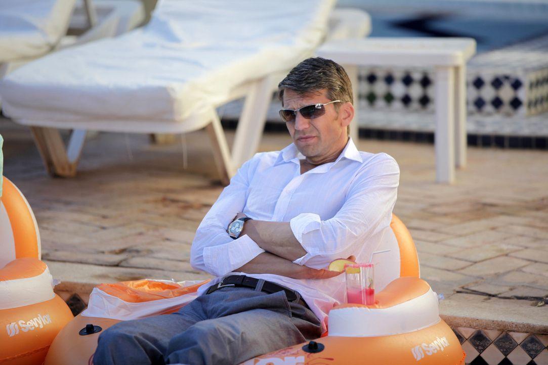 Der stocksteife Anwalt Dr. Hans-Joachim Karpenheuer (Kai Wiesinger) nimmt an einem Flirtcamp in Marokko teil. Weder seine Exfrau noch die anderen Te... - Bildquelle: Sife Ddine ELAMINE SAT.1