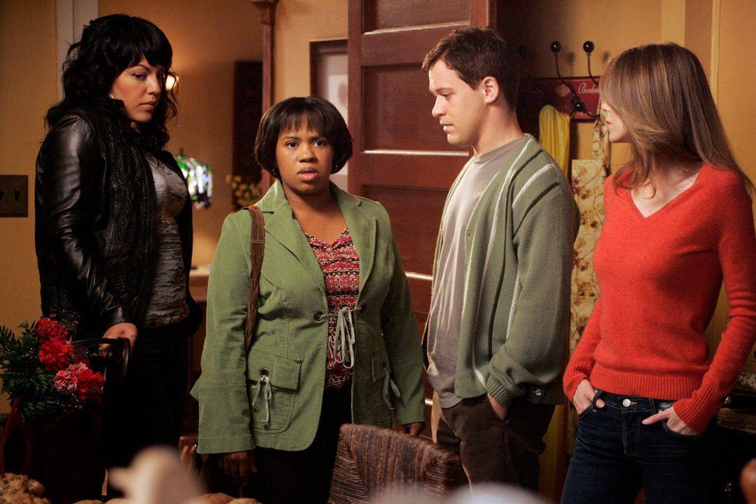 Machen sich Sorgen um Izzie: Callie (Sara Ramirez, l.), Bailey (Chandra Wilson, 2.v.l.), George (T.R. Knight, 2.v.r.) und Meredith (Ellen Pompeo, r.... - Bildquelle: Touchstone Television