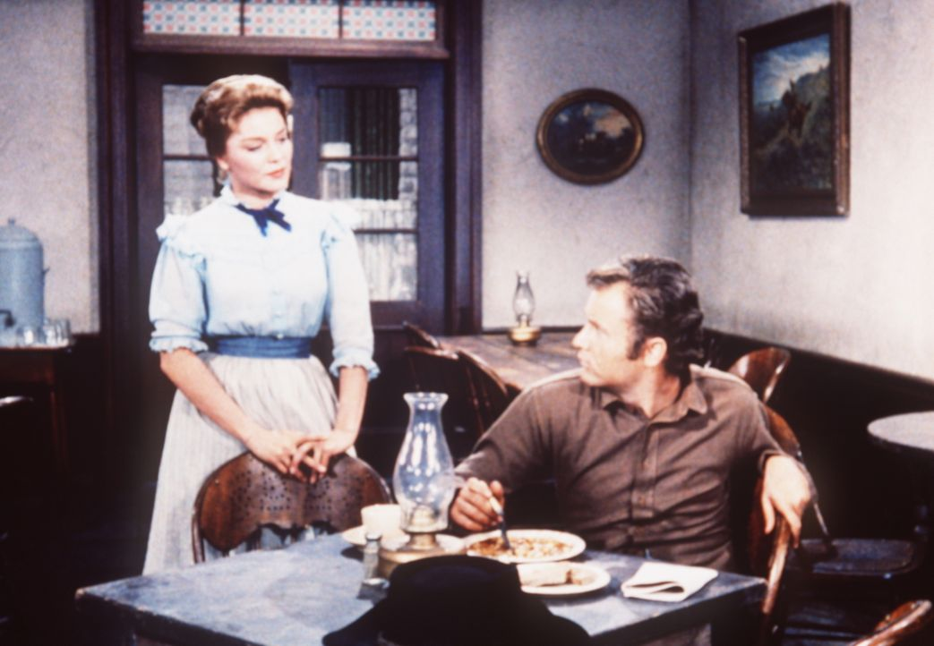 Sally Byrnes (Jean Allison, l.), die Adam und Ben Cartwright des Mordes bezichtigt, trifft auf Lassiter (Vic Morrow, r.), der die Unschuld der beide... - Bildquelle: Paramount Pictures