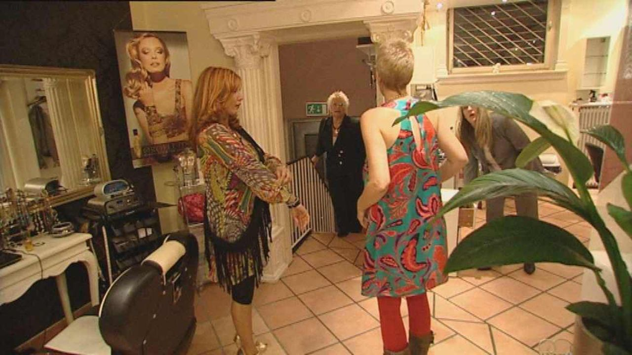 "Vernarrt in St. Pauli - Ein Stadtteil macht Furore: Fariba Fernandez da Silva, Chefin des Schönheitssalons ""Pretty Woman"" auf St. Pauli, hübscht sei... - Bildquelle: SAT.1"