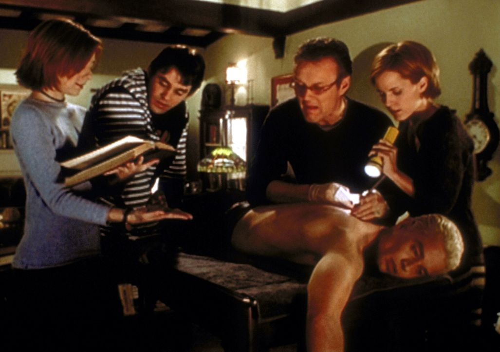 Willow (Alyson Hannigan, l.), Xander (Nicholas Brendon, 2.v.l.), Giles (Anthony Stewart Head, 2.v.r.) und Anya (Emma Caulfield, r.) versuchen, Spike... - Bildquelle: TM +   2000 Twentieth Century Fox Film Corporation. All Rights Reserved.