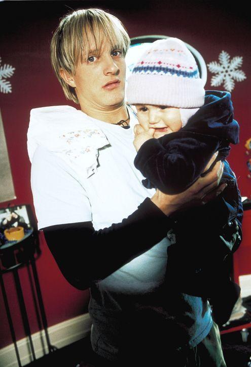 Ein Baby im Haus ist für den jungen Kfz-Mechaniker Lehrling Frank (Niki Jondral) zunächst unvorstellbar. Doch dann erobert die kleine Lilly sein H... - Bildquelle: ProSieben