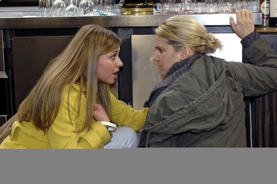Katja (Karolina Lodyga, l.) bekommt mit, dass Anna (Jeanette Biedermann, r.) Halluzinationen hat. - Bildquelle: Oliver Ziebe Sat.1