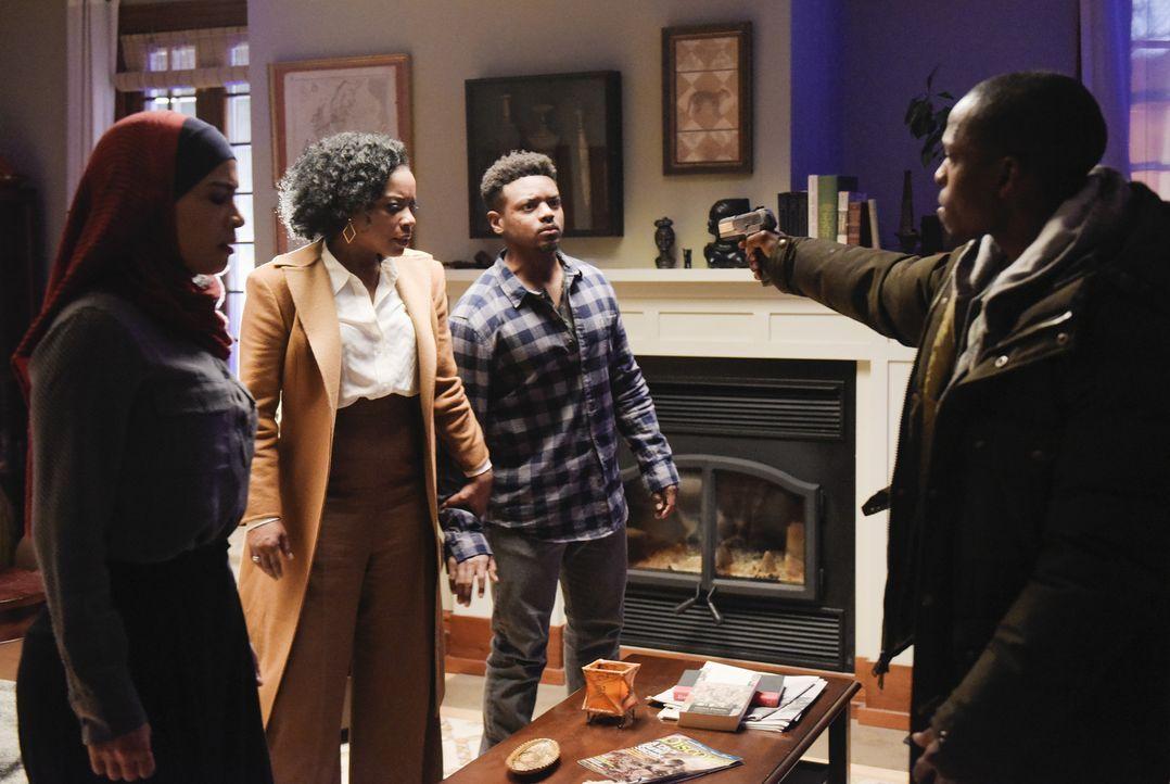 Miranda (Aunjanue Ellis, 2.v.l.), Charlie (J. Mallory McCree, 2.v.r.) und Raina (Yasmine Al Massri, l.) sind in großer Gefahr. Doch können sie Derri... - Bildquelle: Philippe Bosse 2015 ABC Studios
