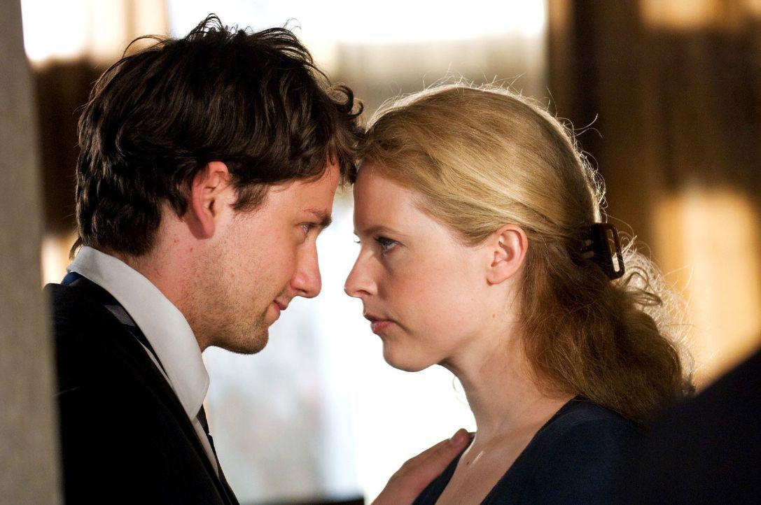 David (Florian Stetter, l.) redet Greta (Diana Amft, r.), die nervös ist, ihre Mutter wiederzusehen, gut zu. - Bildquelle: Sat.1