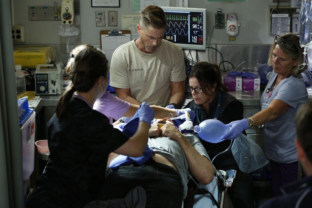 Mit Neuzugang Ethan Willis (Rob Lowe, l.) versucht Dr. Rorish (Marcia Gay Harden, r.), das Leben ihres Patienten zu retten, aber durch den Haiangrif... - Bildquelle: Cliff Lipson 2015 ABC Studios