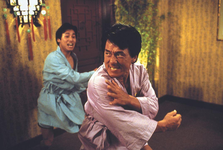 In Hongkong stößt der Inspektor Lee (Jackie Chan, r.) auf einen Geldfälscher-Ring und sofort ist sein Jagdinstinkt geweckt ... - Bildquelle: Warner Bros.