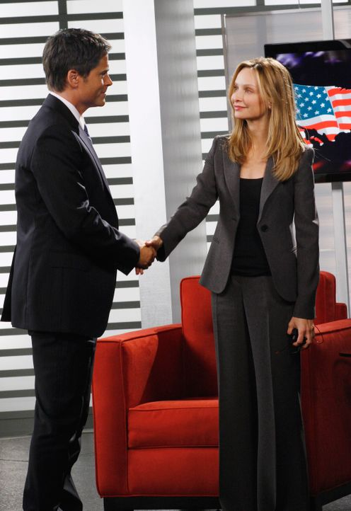 Kitty (Calista Flockhart, r.) hält ein Interview mit Senator McCallister (Rob Lowe, l.) und eigentlich soll sie ihn auf seine Affäre mit dem Kinde... - Bildquelle: Disney - ABC International Television