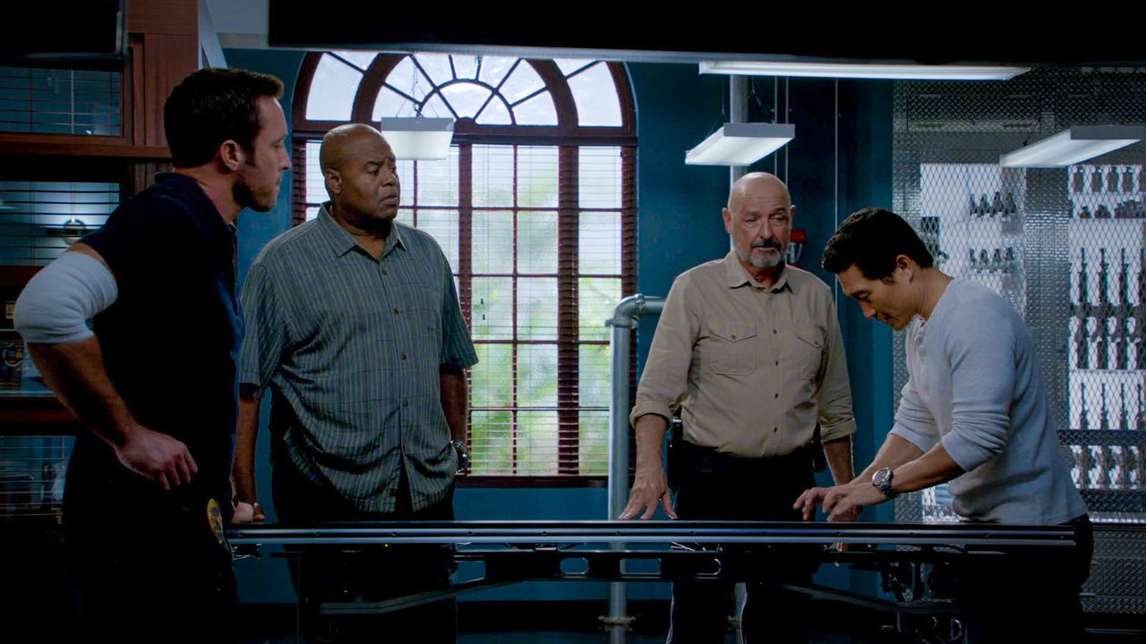 Gemeinsam mit Joe (Terry O'Quinn, 2.v.r.) setzten Steve (Alex O'Loughlin, l.), Grover (Chi McBride, 2.v.l.) und Chin (Daniel Dae Kim, r.) von Five-O... - Bildquelle: 2014 CBS Broadcasting Inc. All Rights Reserved.