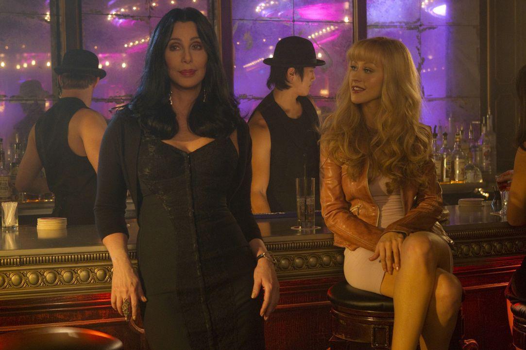 Als Kellnerin scheint Ali Rose (Christina Aguilera, vorne r.) gut genug zu sein, aber als Tänzerin will Chefin Tess (Cher, vorne, l.) sie nicht sehe... - Bildquelle: 2010 Screen Gems, Inc. All Rights Reserved.