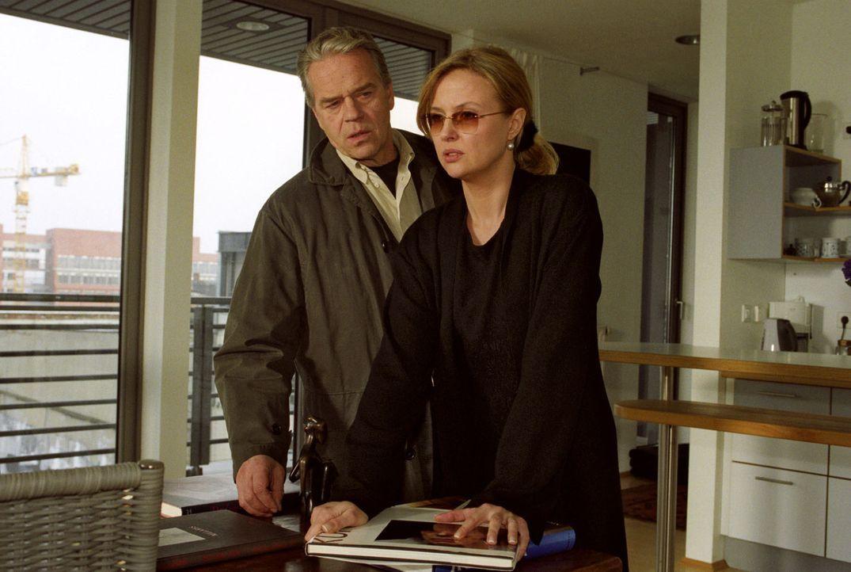 Ella Bischoff (Katharina Böhm, r.) und Wolff (Jürgen Heinrich, l.) in der Wohnung des Erschossenen. - Bildquelle: Claudius Pflug Sat.1